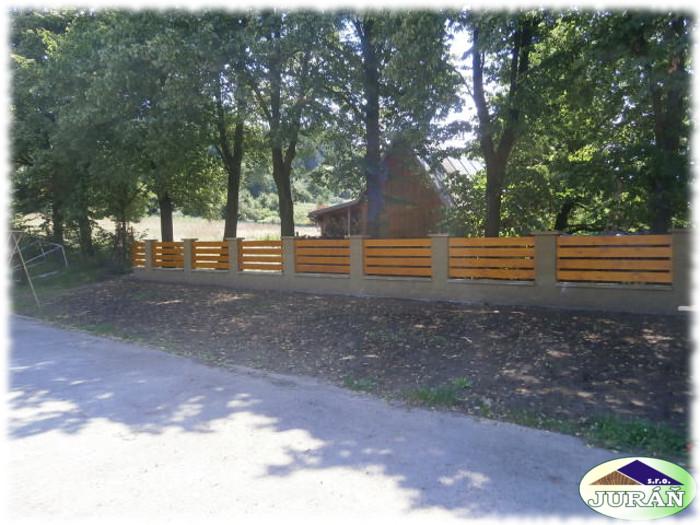 Dřevěné ploty u Caffé Baru v Ústí